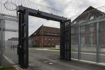 """Hamburg: Abschiebehaftanstalt in Glückstadt vor dem Betriebsbeginn: """"Wohnen minus Freiheit"""""""