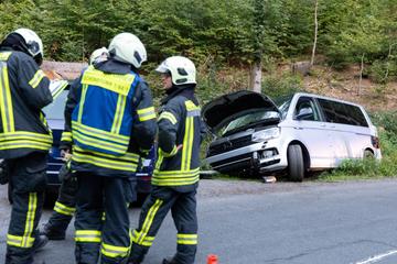 Kleinbus kommt von Straße ab und verunglückt: Fahrer verletzt