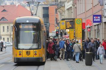 Dresden: Frau steigt an Haltestelle Schillerplatz aus und wird von Mann getreten: Polizei sucht Zeugen