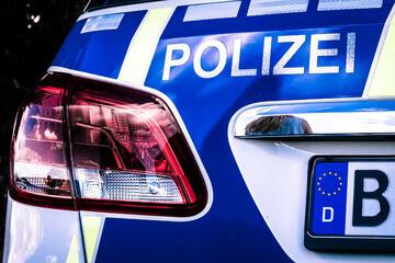 Berlin: Zivilpolizei kracht mit Ford zusammen: Zwei Polizisten schwer verletzt