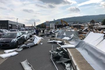 Betonwand eingestürzt: Bauteile demolieren Autos