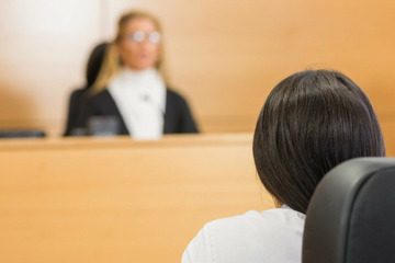 Vater soll Tochter sexuell missbraucht haben - jetzt steht sie wegen einem Serienmord vor Gericht
