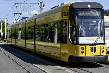 """Dresden: 54-Jähriger beleidigt und verletzt Ehepaar in Straßenbahn: """"Scheiß-Ausländer"""""""