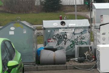 Chemnitz: Anwohner stinksauer: Diese Container-Burg in Chemnitz verkommt zur Müllhalde
