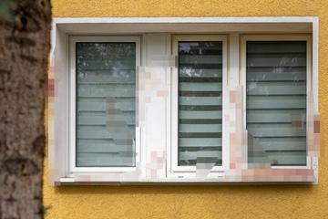 Blutüberströmtes Fenster an Mehrfamilienhaus: Was ist da passiert?