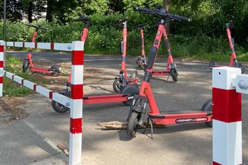 Grund des Rheins in Köln mit mehr als 500 E-Scooter übersät, Akku-Chemikalien laufen aus