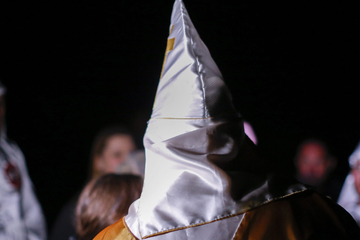 Mit Ku-Klux-Klan-Haube! Maskierter schießt auf Menschengruppe, 12-Jähriger verletzt