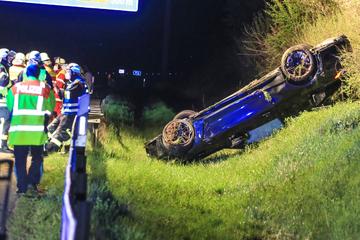 Unfall A73: Heftiger Unfall! BMW-Sportwagen kommt von Autobahn ab und überschlägt sich