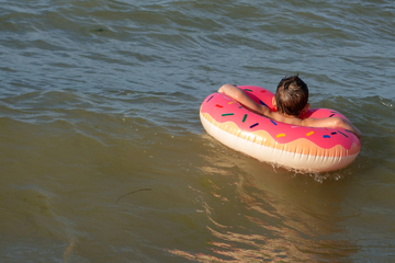 Panic on the beach: toddler floats out to sea on rubber ring!