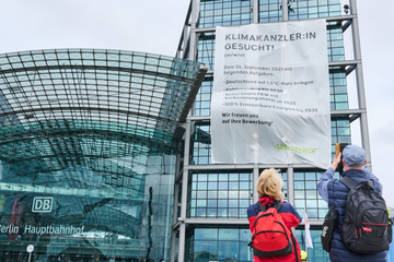 Mega-Banner am Berliner Hauptbahnhof: Greenpeace sucht den Super-Kanzler
