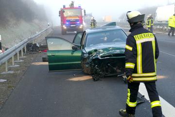 Unfall A12: Motor aus Fahrzeug gerissen! Vier Verletzte bei Unfall auf A12
