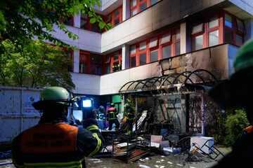 Hamburg: Jugendliche machen ein Lagerfeuer, plötzlich greifen die Flammen auf eine Schule über
