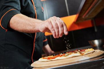 Pizza-Bäcker bleibt zwischen Knethaken und Teigtopf stecken: Feuerwehr muss anrücken