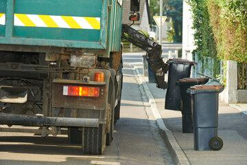 Rentnerin wird von Müllauto überrollt und stirbt