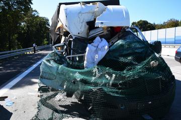 Unfall A5: Heftiger Crash auf A5: Lkw-Führerhaus komplett zerstört