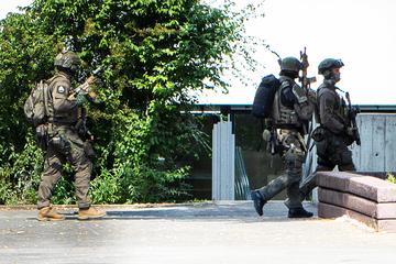Großeinsatz in Schule: Teenager mit Pistolen rufen Polizei und Spezialkräfte auf den Plan