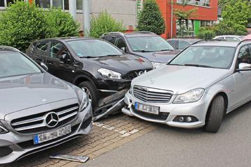 84-Jähriger fährt gegen Jaguar und fünf weitere Autos: Riesen-Schaden!