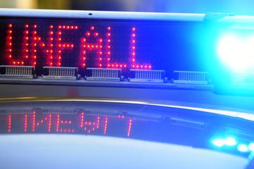 Unfall A8: Transporter fährt auf A8 auf Lastwagen auf: Zwei Menschen schwer verletzt