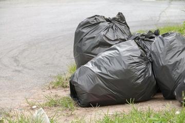 Fiese Umwelt-Sauerei: Spaziergänger entdeckt Mülltüten mit eklig-giftigem Inhalt