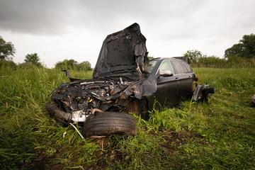 Unfall A92: Geplatzter Reifen lässt BMW mehrmals überschlagen