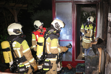 Dresden: Gartenmöbel brennen lichterloh, Feuerwehr evakuiert mehrere Wohnungen