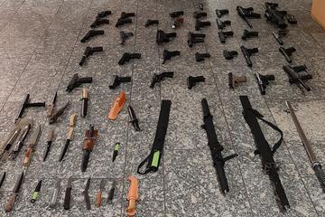 Schwerter, Gewehre und Pistolen: Waffenlager in Wohnung entdeckt