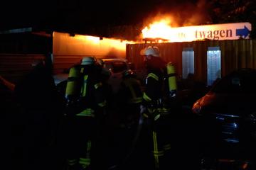 Feuerwehreinsatz am Autohaus: Elektrofahrzeug-Batterie in Brand geraten