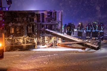 Unfall A73: Chaos auf Autobahn: Winter-Wetter wird Lkw-Fahrer zum Verhängnis