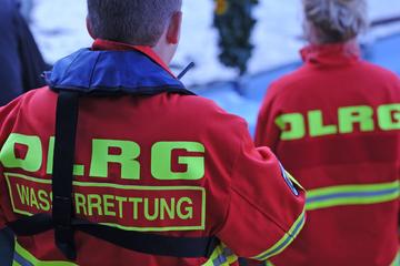 Auto versinkt im Neckar: 100 Einsatzkräfte vor Ort