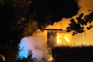 Berlin: Qualmendes Feuer in Wartenberg: Gartenlaube brennt