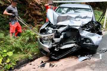Unfall bei Bad Schandau: Mercedes stößt frontal mit Mitsubishi zusammen, drei Verletzte!