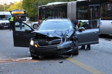 Linienbus kracht in Auto: Fahrer schwer verletzt