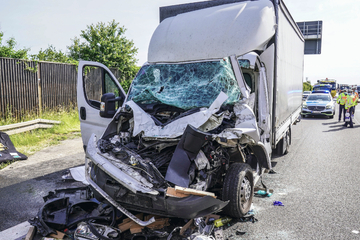 Unfall A8: Transporter rauscht auf Lkw: Fahrer schwer verletzt