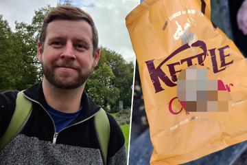 Mann öffnet eine Packung Chips: Was er darin findet, macht ihn sprachlos