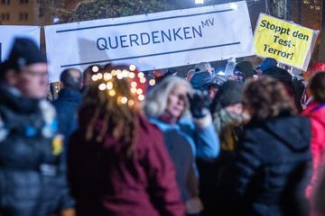 Verfassungsschutz warnt: Rechtsextremisten nehmen Einfluss auf Anti-Corona-Proteste
