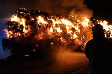 Flammeninferno auf sächsischem Feld! Hunderte Strohballen abgefackelt