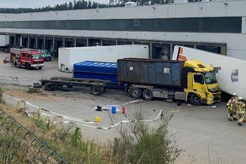 Nach Unfall im Gegenverkehr: Laster kracht durch Böschung und rammt LKW-Auflieger