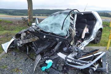 Erneut tödlicher Unfall im Vogtland: VW-Fahrer (21) prallt gegen Baum