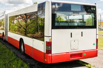 Köln: Mädchen wollen für Busticket zahlen, doch der Fahrer lässt sie einfach stehen!