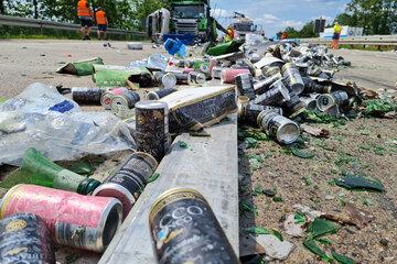 Unfall A: Unfall auf der A10: Getränke-Laster kracht in Stauende und verliert palettenweise Ladung