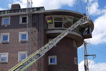 München: Kuriose Rettung: Fensterputzer sitzt in 20 Meter Höhe an Hausfassade fest