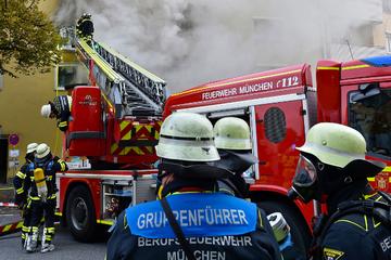 München: Feuerwehr im Großeinsatz: Mann nach Brand in Schwabing gestorben