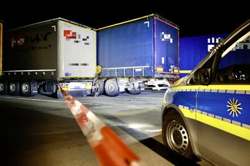 Unfall A17: Tödlicher Unfall auf A17-Rastplatz: Lkw-Fahrer wird eingeklemmt und stirbt, Verursacher flüchtet