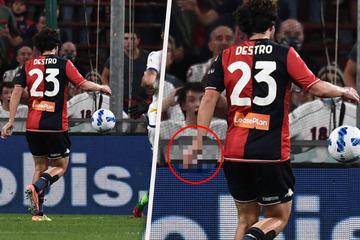 Über ihn lacht die Serie A: Mattia Destro trifft sehenswert - aber was hat er dabei in der Hand?