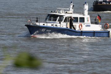 Notfall auf dem Rhein! Feuerwehr rettet Matrosen von Güterschiff und bringt ihn eilig ins Krankenhaus