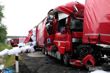 Unfall A14: Zwei Verletzte bei schwerem Unfall auf A14: Drei Lkws kollidieren an Stauende