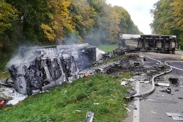 Lkw geraten nach Crash in Brand: Ein Toter bei Unfall auf der S51