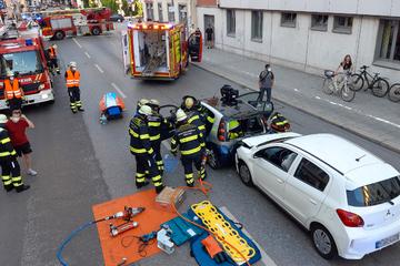 Unfall in München: Feuerwehr befreit Schwerverletzten aus Wrack