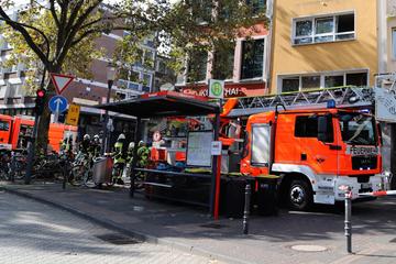 Köln: Alarm am Kölner Heumarkt: Brand über Eisdiele von Lukas Podolski