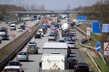 Unfall A3: Lkw kippt nach Unfall auf der A3 um: Autobahn gesperrt